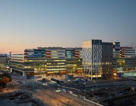Fasadbild över Karolinska universitetssjukhuset i skymning